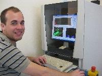 Bild Jürgen Hipp vor einem Computer