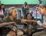 Bild Aktion Deutschland Hilft mehrere Menschen die Unterstützung bei einem Helfer suchen