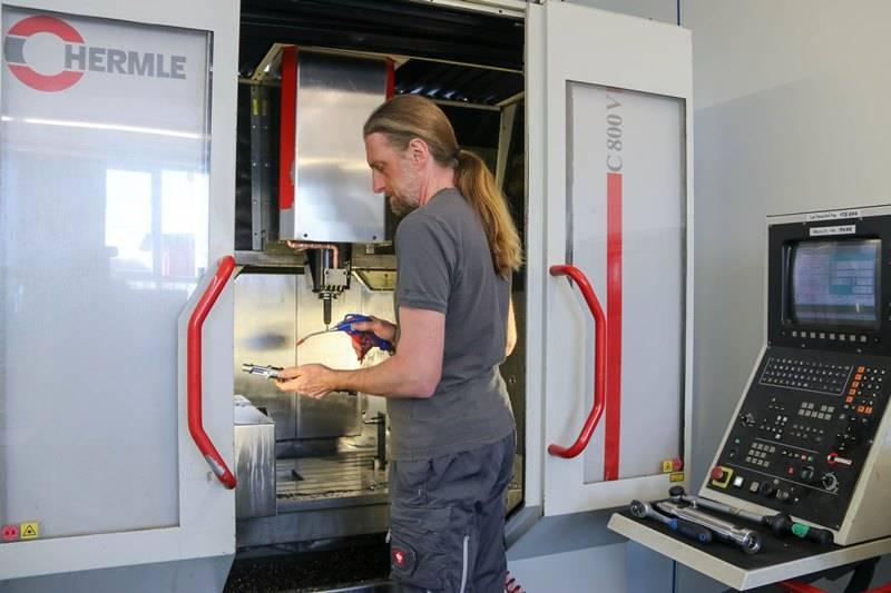 HERZOG INTERTEC Mitarbeiter beim Herstellungsvorgang eines Prototypen