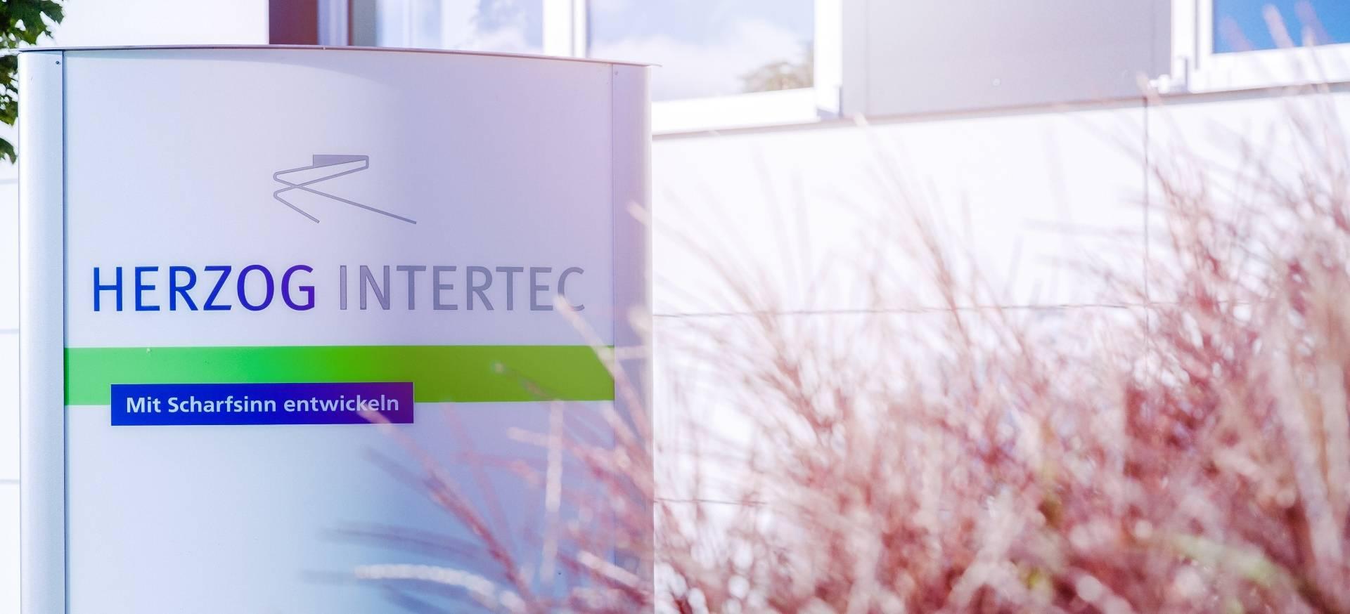 Firmenschild der Herzog Intertec GmbH